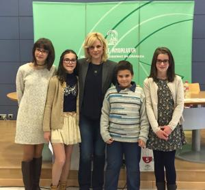 """Lydia con los ganadores del XIV Certamen Literario Escolar Andaluz en materia de Voluntariado """"Solidaridad en las Letras""""."""